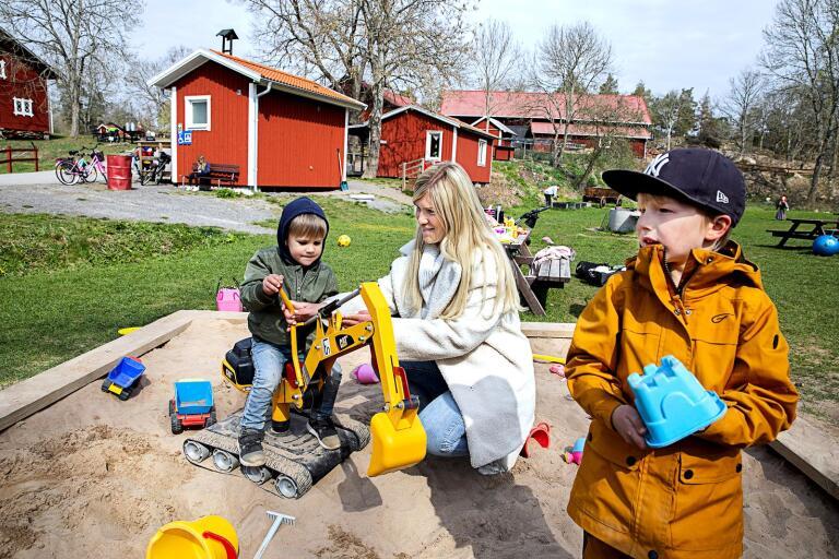 Julia Bergman hjälper sonen William med grävskopan medan Sigge Lund leker i sandlådan. Men snart kan den dagliga verksamheten stängas ned.