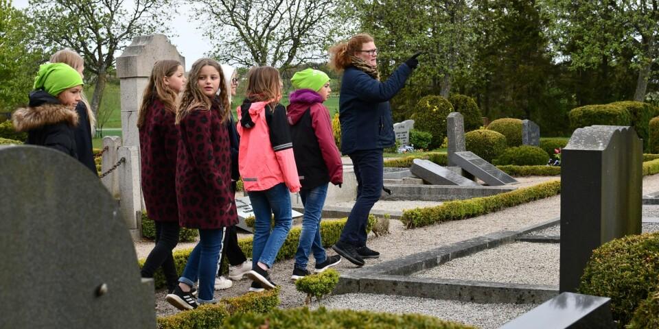 Charlotta Rosman Nissen, komminister i Tomelillabygdens församling, tog med årskurs fyra på en kyrkogårdsvandring där de fick ta sig en titt på äldre barngravar och fundera på hur barnen hade det förr i Tryde.