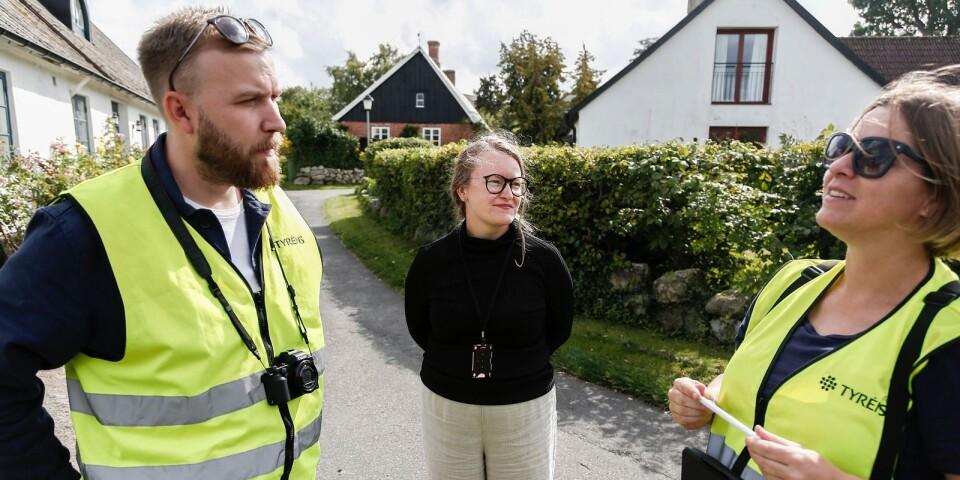 Byggnadsantikvarien Jonas Sundwall, planarkitekten Ina Jacobsen och byggnadsantikvarien Emma Hedar under arbetet med att inventera kulturmiljöer i Simrishamns kommun.