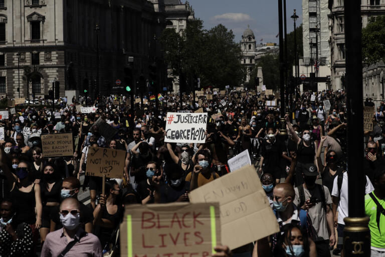 Demonstranter tågar över Parliament Square i Storbritanniens huvudstad London på söndagen.