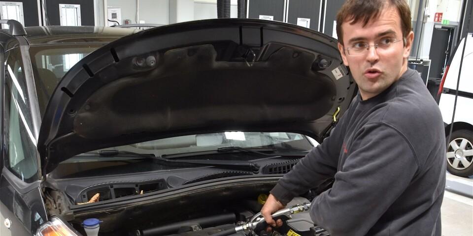 Toyotateknikern Mirzet Nurkovic är en av flera servicetekniker som jobbar i Bil-Bengtssons nya verkstad i Simrishamn, som öppnade redan i höstas, då denna bild togs.