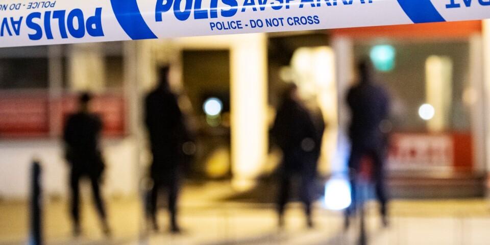 Polisen kan hantera allt färre situationer och allt färre utredningar, menar skribenterna.