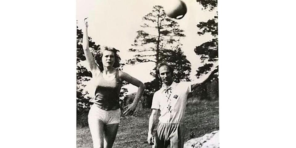 Ingela Johansson tränar swingbollkast under överinseende av Wilfried Hilprecht, år 1972.