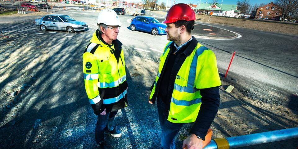 Rutger Swenson, projektledare på C4 Teknik, och Henrik Wester, Henrik Wester för C4 Tekni, är glada att kunna öppna rondellen sex veckor tidigare, tack vare den milda vintern. Arkivbild.