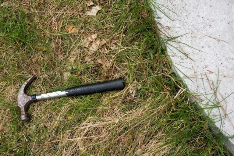 Vid lunchtid på måndagen låg det en hammare kvar vid brottsplatsen.