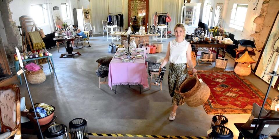 Kringstad Interiör är inhyst i en gammal lada mitt i Valleberga. Här har Lina Kringstad kunnat uppfylla sina drömmar om en inredningsbutik. Det har dessutom gått mycket bättre än vad hon hade vågat hoppas på. Många kunder kommer till och med tillbaka, betonar hon glatt.