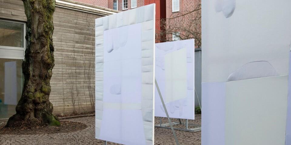 """Ragna Bleys installation """"Anno 2020"""", placerad ute på innergården till Malmö konsthall."""