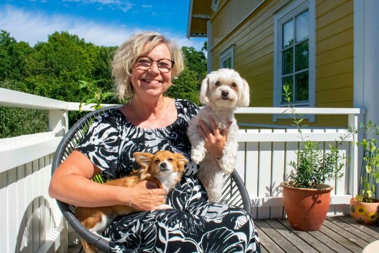 Stresscoachen Catarina Kjellman med hundarna Scilla och  Elsa.