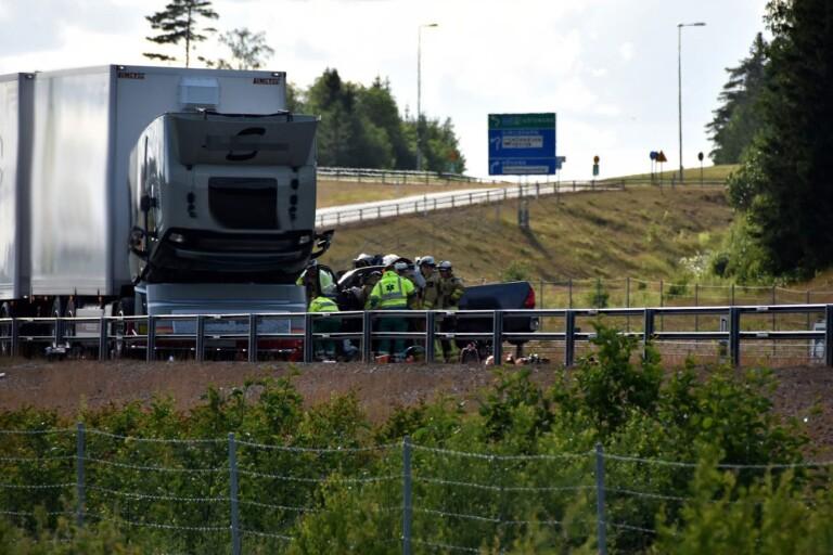 R40: Man i 30-årsåldern vårdas för fraktur – körde in i stillastående lastbil