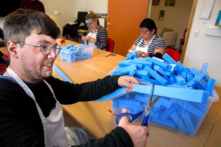 Deltagaren i daglig verksamhet, Rikard Johansson är nu sysselsatt med att tillverka visir.