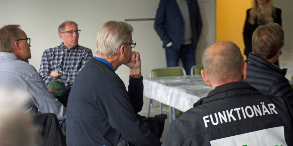 Uppsnack. Magnus Bogren och den nya kanslipersonalen – vd Niclas Henriksson och marknadsassistent Hanna Nilsson – presenterar sig för hockeyrävarna från förr.
