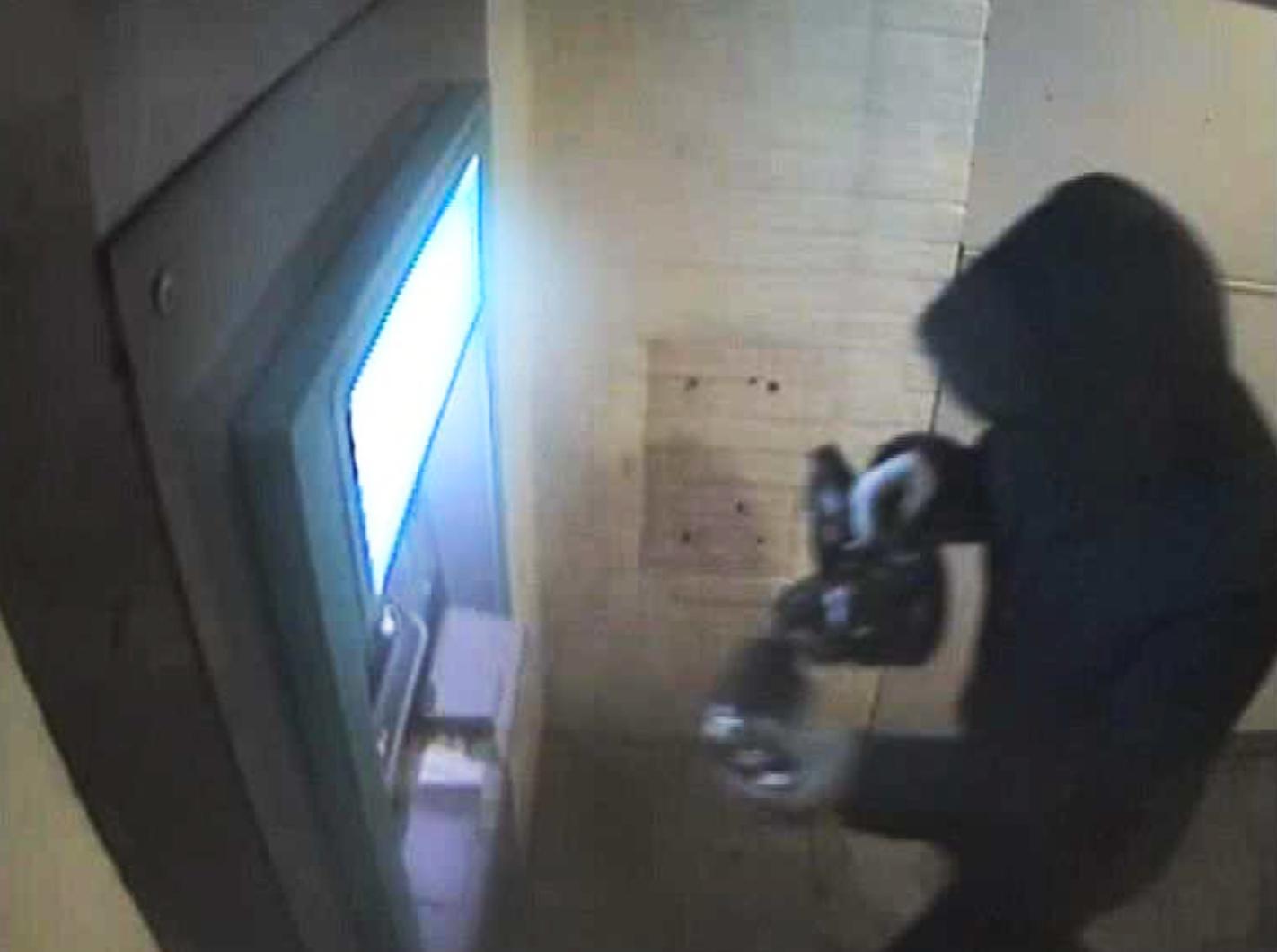 En övervakningskamera fångade gärningsmannen när han gick fram till bankomaten på Sjöbo torg. Klockan var då 01.42.