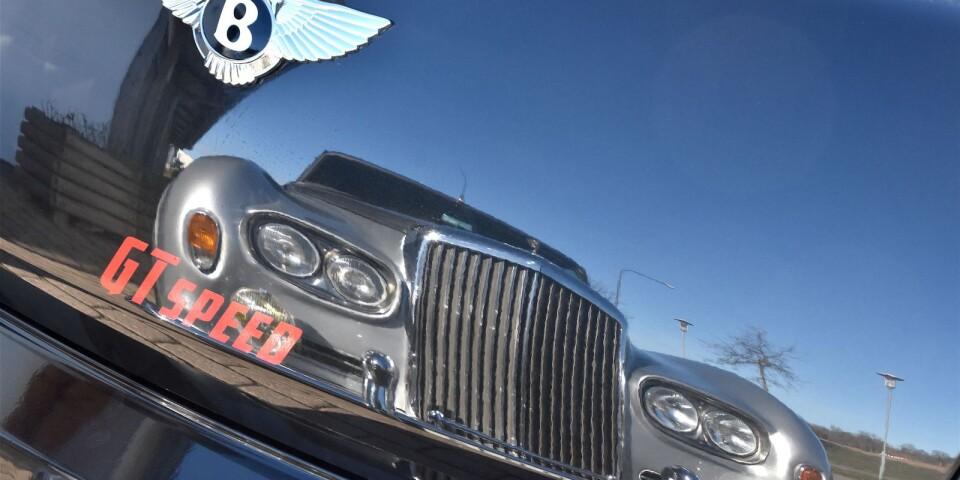 Den äldre generationen speglar sig i den nya. Bentley S1 reflekteras i bakluckan på Bentley Continental GT.