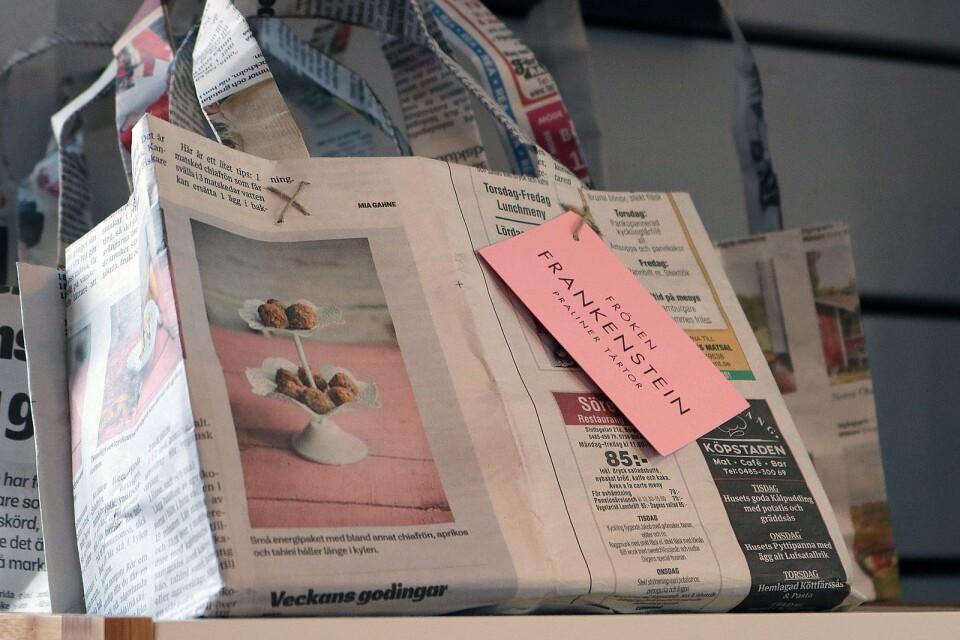 Ebbas mamma kom på idén med att återanvända gamla tidningar från Ölandsbladet. Handlar du hos Fröken Frankenstein får de en behändig liten kasse att bära hem godsakerna i.