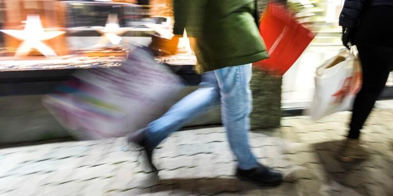 Julhandeln ska räddas genom att butikerna får flytta ut på gatan.