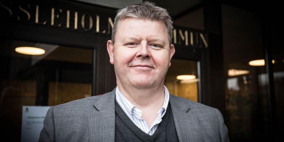 """""""Jag följer råden att stanna hemma om man är krasslig"""", säger Lars Johnsson (M), som säger sig ha svårt att driva på från distans."""