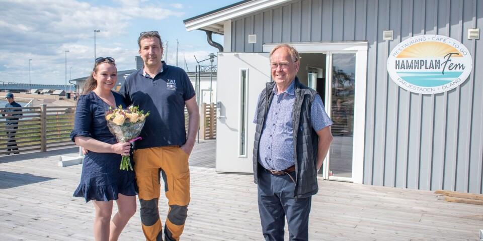Charlotta och Tomas Begic tillsammans med företagsmäklare Pege Hussfelt.