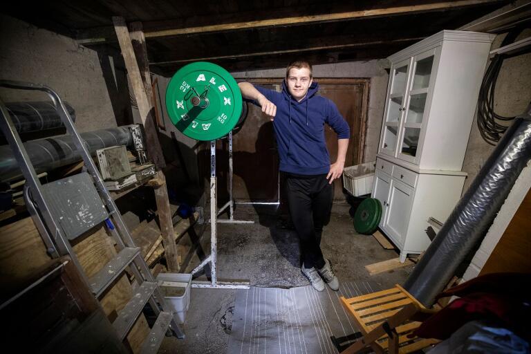 Eric Svensson, svensk ungdomsmästare i tyngdlyftning, har tränat hemma i garaget under coronapandemin.