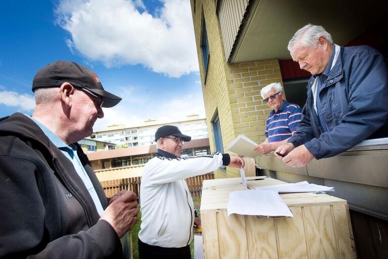 Whayeb Abduljabbar lämnar sitt valkuvert och Krister Pettersson, Bo-Göran Juhlin och Lars Clemensson ser till så att allt går rätt.