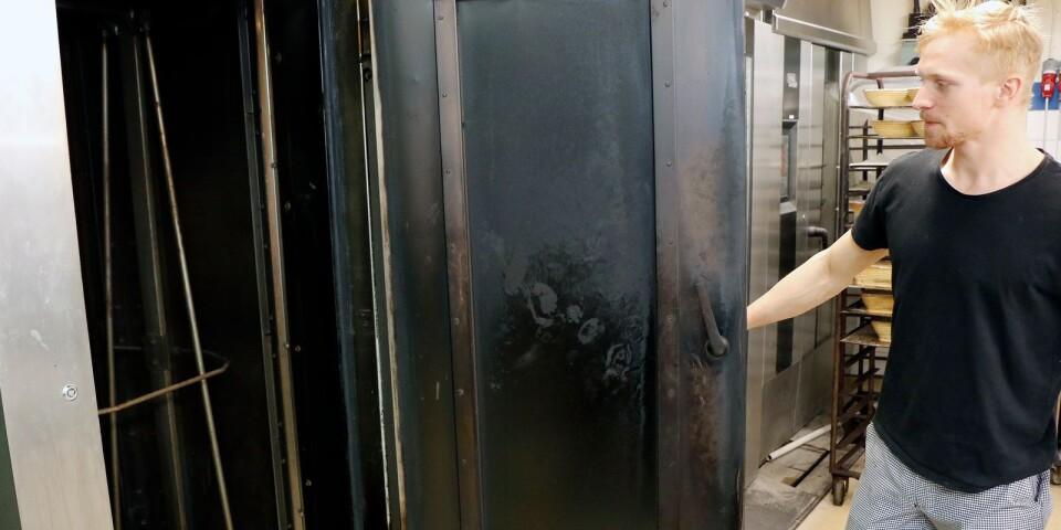 Philip Koerffer på Günthers brödstuga visar den ugn där jäskorgar började förkolnas på lördagsmorgonen.