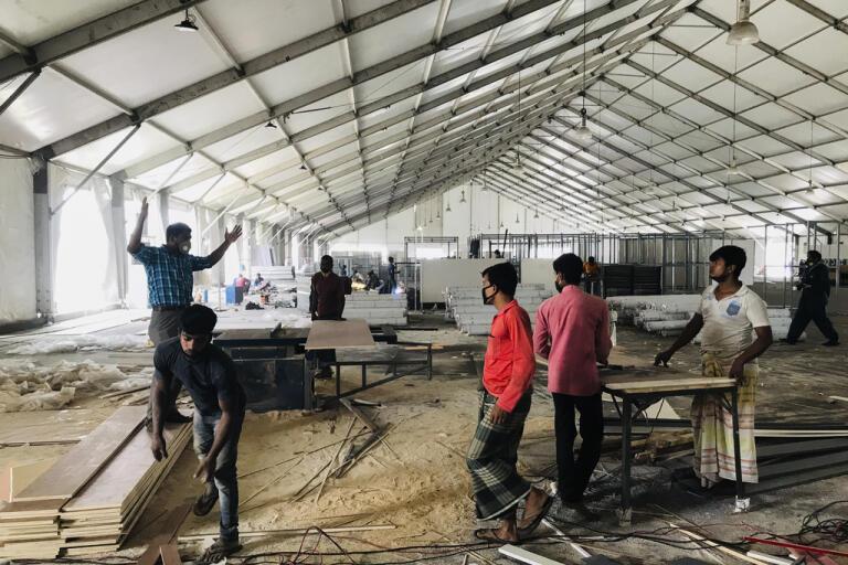 På bilden från den 21 april uppförs en provisorisk avdelning för vård av covid-19-patienter i Dhaka.