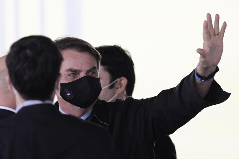 Brasiliens president Jair Bolsonaro vinkar till anhängare utanför presidentpalatset i huvudstaden Brasilia.