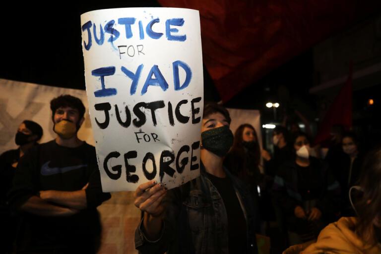 Demonstranter i Jerusalems gamla stadskärna håller upp plakat som kräver rättvisa för Iyad Halak och George Floyd. Bilden är från den 30 maj, samma dag som Halak sköts ihjäl.