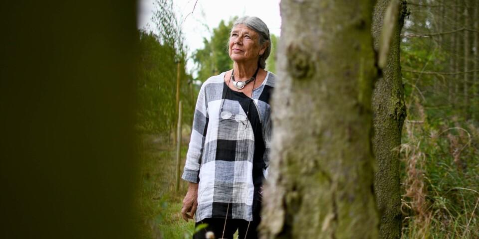 """Karin Brunk Holmqvist är aktuell med sin artonde bok, men kommer inte att göra några fler författarframträdanden. """"Det känns bra att ha fattat det beslutet"""", konstaterar hon."""