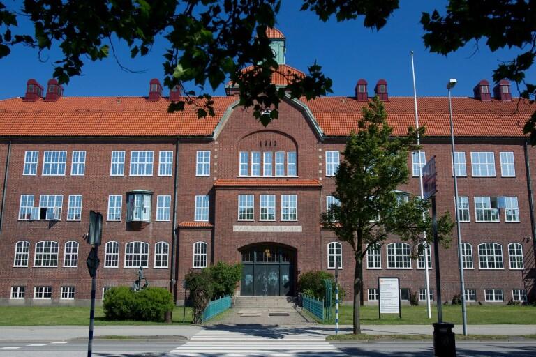 Rutinkontroll: Knarkhundar på gymnasiet