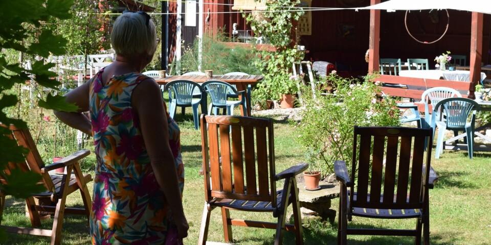 Utemöblerna är utspridda i trädgården för att gästerna ska kunna ta del av livemusiken.