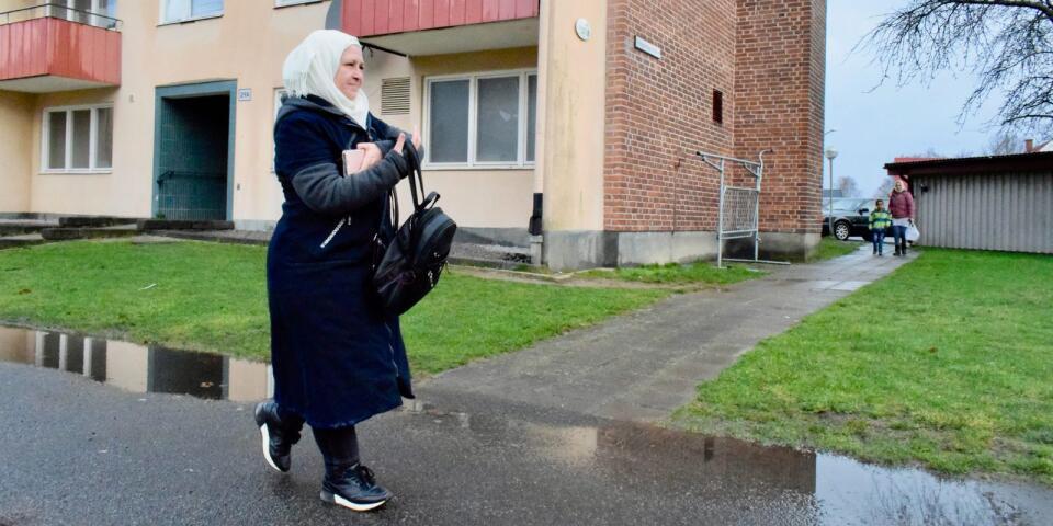 تستقل حفيظة قدورالحافلة أو القطار كل يوم من Hanaskog  إلى Eslöv للدراسة في مجال رعاية الطفل .