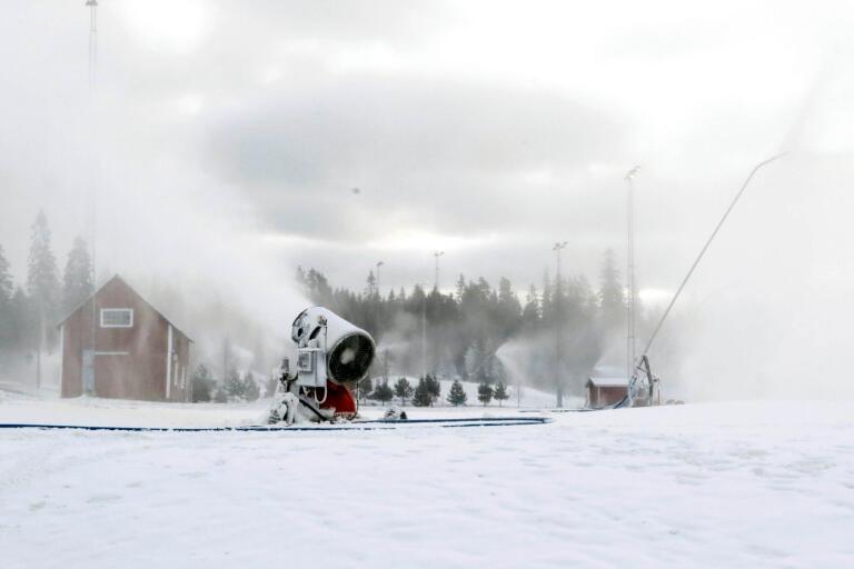 Snötillverkningen är igång i backe och spår