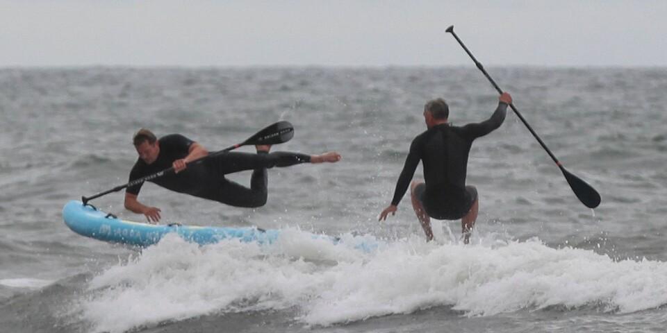 Att hålla balansen på brädan är svårt nog på platt vatten. I vågor blir det en ännu större utmaning. Petter Larsson gör en elegant flygtur över styrbord sida.