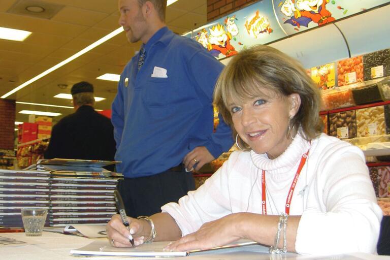 """När Lill-Babs Svensson släppte sin självbiografi """"Hon är jag"""" kom hon bland annat till Valengallerian för att signera."""