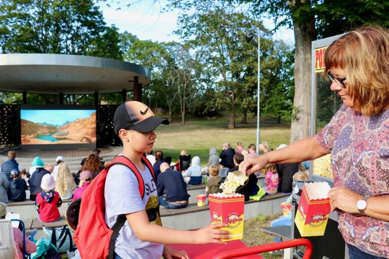Poppis med popcorn och bio i stadsparken