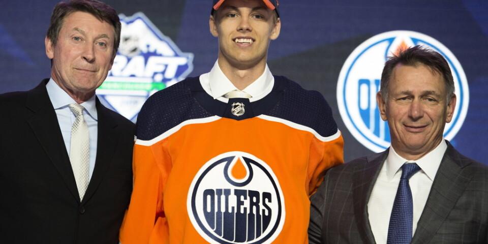 Backen Philip Broberg, mitten, valdes först av svenskarna i förra årets NHL-draft, av Edmonton som åttonde spelare totalt. Arkivbild.