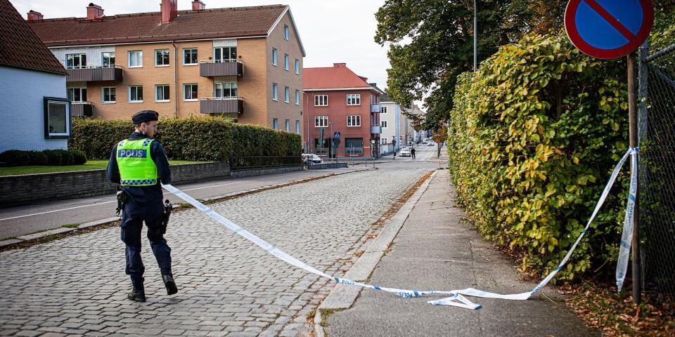 Polisen utökade avspärrningarna successivt under förmiddagen.