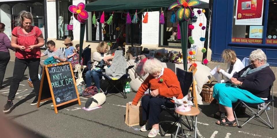 Världsstickardagen har idag över tusen sammankonster i över femtio länder. Och det stickas överallt, som här på trottoaren i staden Saffron Walden, England.