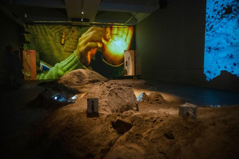 Sand på golvet och filmer på två av rummets stora väggar. Även sanden blir då och då en del i en av filmerna. Ingår i Gylleboverkets utställning på Ystads konstmuseum i höst.