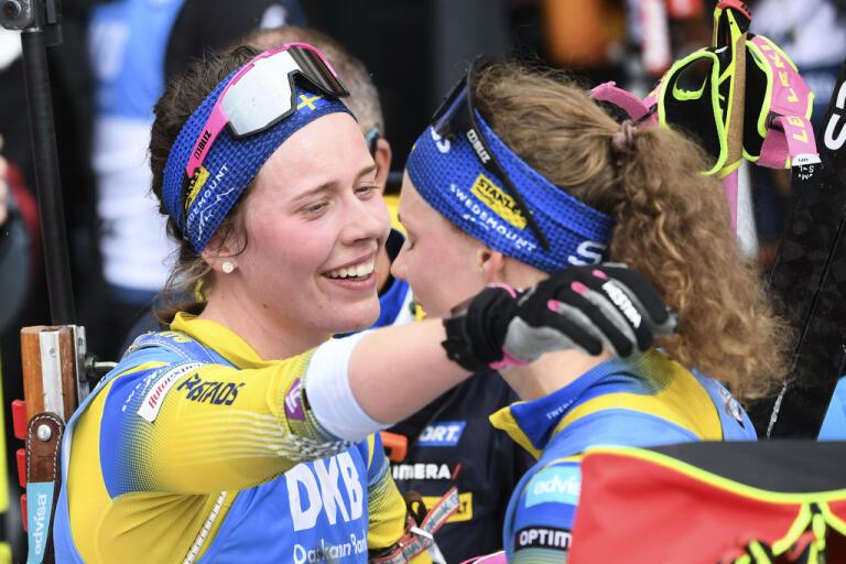 """Jag ska höja min lägstanivå men även min högstanivå"""", säger Elvira Öberg, här tillsammans med storasyster Hanna under skidskytte-VM i Antholz i februari, om den kommande säsongen. Arkivbild."""