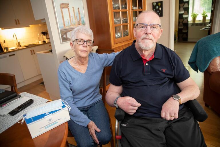 """Lena och Bo Hansson är oroliga för att drabbas av covid-19. """"Bo skulle inte klara det. Hemtjänsten är inte välkomna hem till oss om de inte använder munskydd"""", säger Lena Hansson."""