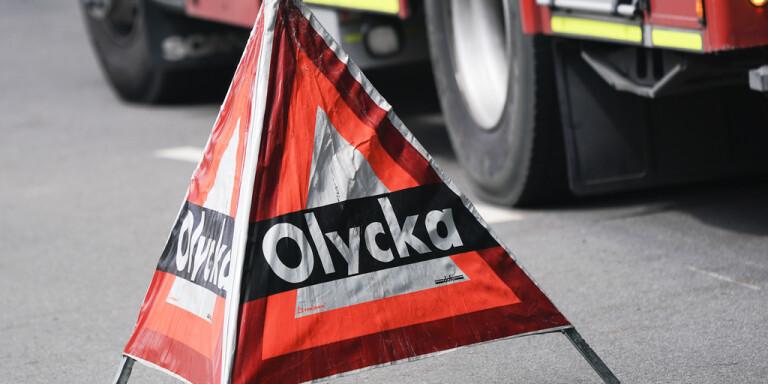 Två personer fick föras till sjukhus efter singelolycka på väg 210 i Östergötland. Genrebild.