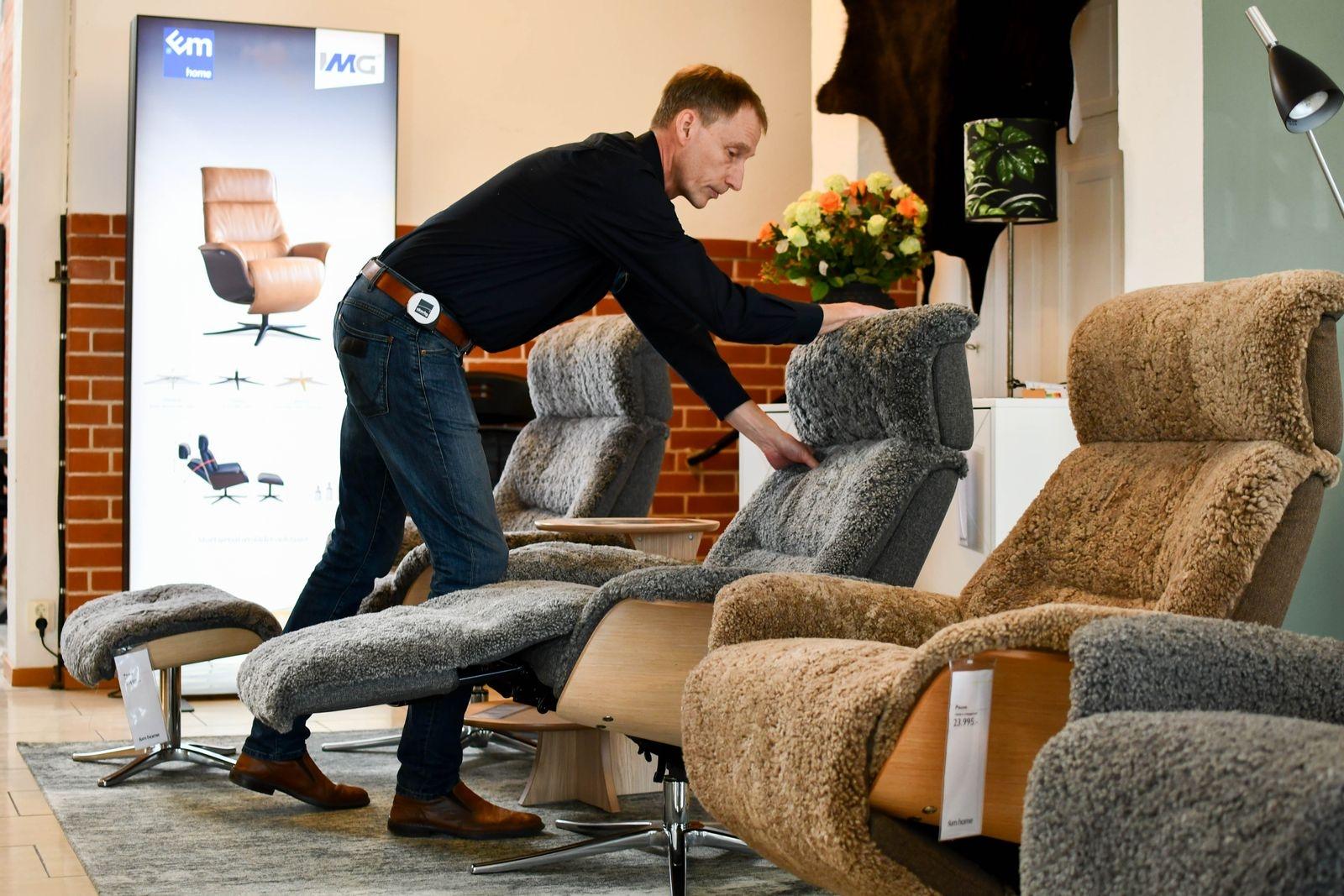 """""""Näst efter sängen är fåtöljen den möbel som vi tillbringar mest tid i och utbudet av fåtöljer med hög komfort är stort"""", säger Göran och visar en ställbar fårskinnsfåtölj."""