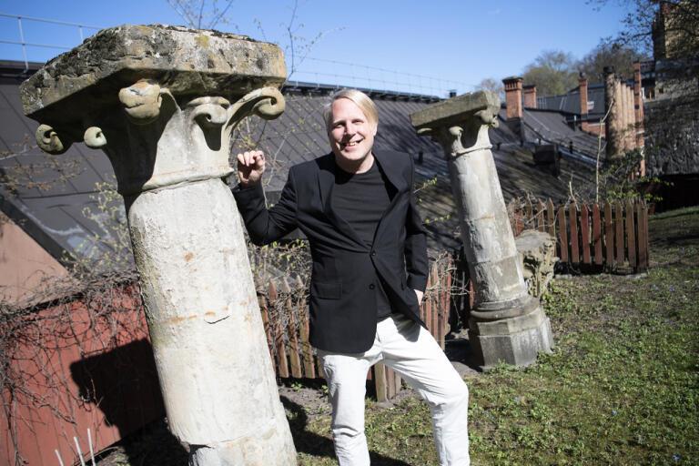 Journalisten Tobias Svanelid fyller 45 år den 22 maj. Nyligen utnämndes han till hedersdoktor vid Stockholms universitet.