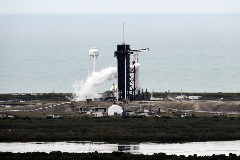 Space|X-raketen Falcon 9, med två amerikanska astronauter ombord, hann långt i föreberedelserna för uppskjutning innan vädret satte stopp.