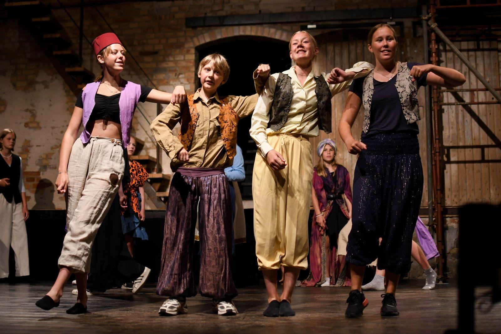 Barngruppen bjuder på Disneymusikalen Aladdin Jr och ungdomsgruppen på rockmusikalen RENT.