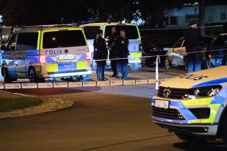 Polisen har spärrat av ett område vid Delsjögatan i Malmö efter skottlossning på fredagskvällen.
