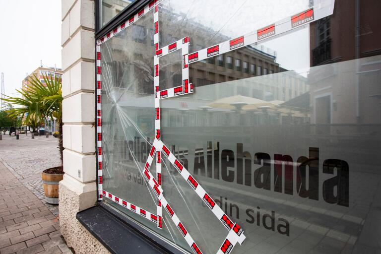 Ruta krossad på TA:s lokaler i samband med att polis omhändertog två personer för fylleri på CB-Friisgatan.