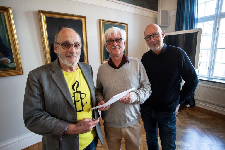 Steve Krauss överlämnade en lista med 5768 underskrifter till Håkan Sjöberg (M) och Venzel Rosqvist (M).