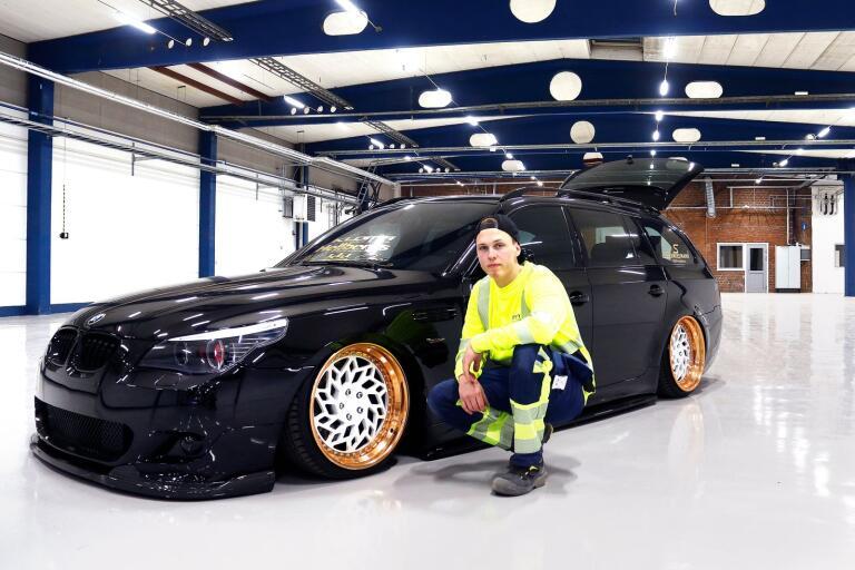 Alexander Nilsson bredvid sin custom build BMW E61 535D, årsmodell -07. Nästa helg uppfylls hans stora dröm, att få visa upp sin bil på Elmia custom motorshow i Jönköping.